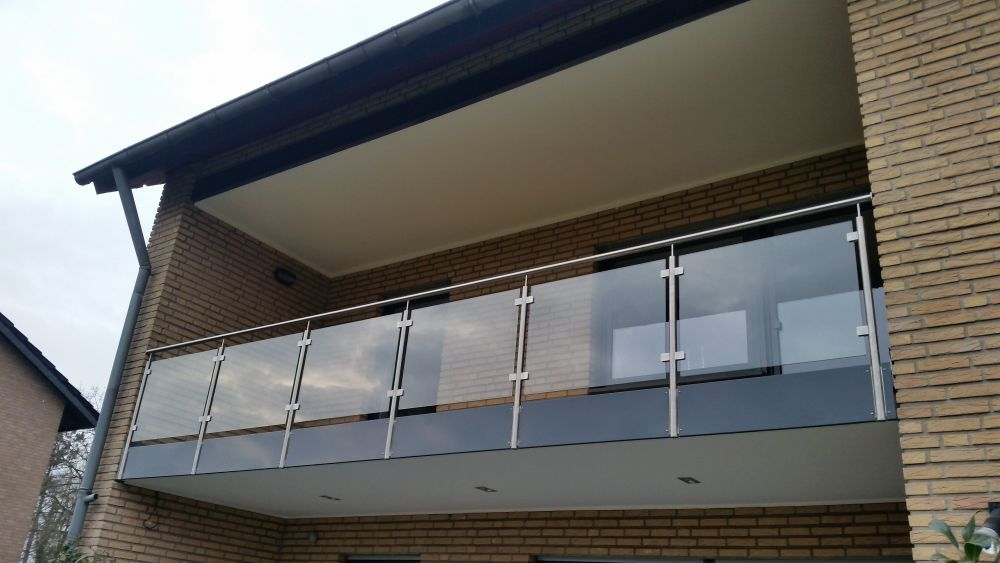 sandmeier-balkon-mit-alu-blende-glas-klare-folie