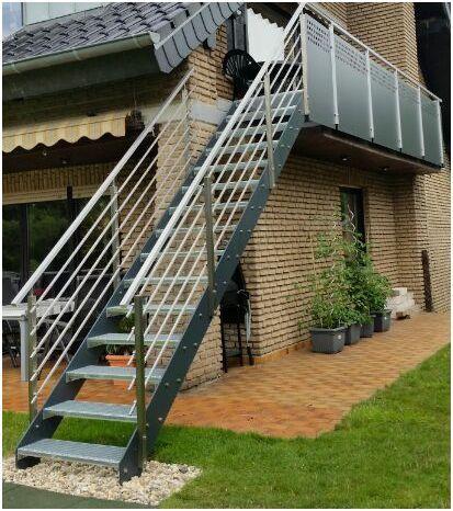 Außentreppe mit Flachstahlwangen in anthrazit, Treppengeländer in Edelstahl Quadratus mit mitlaufenden Quadratstäben