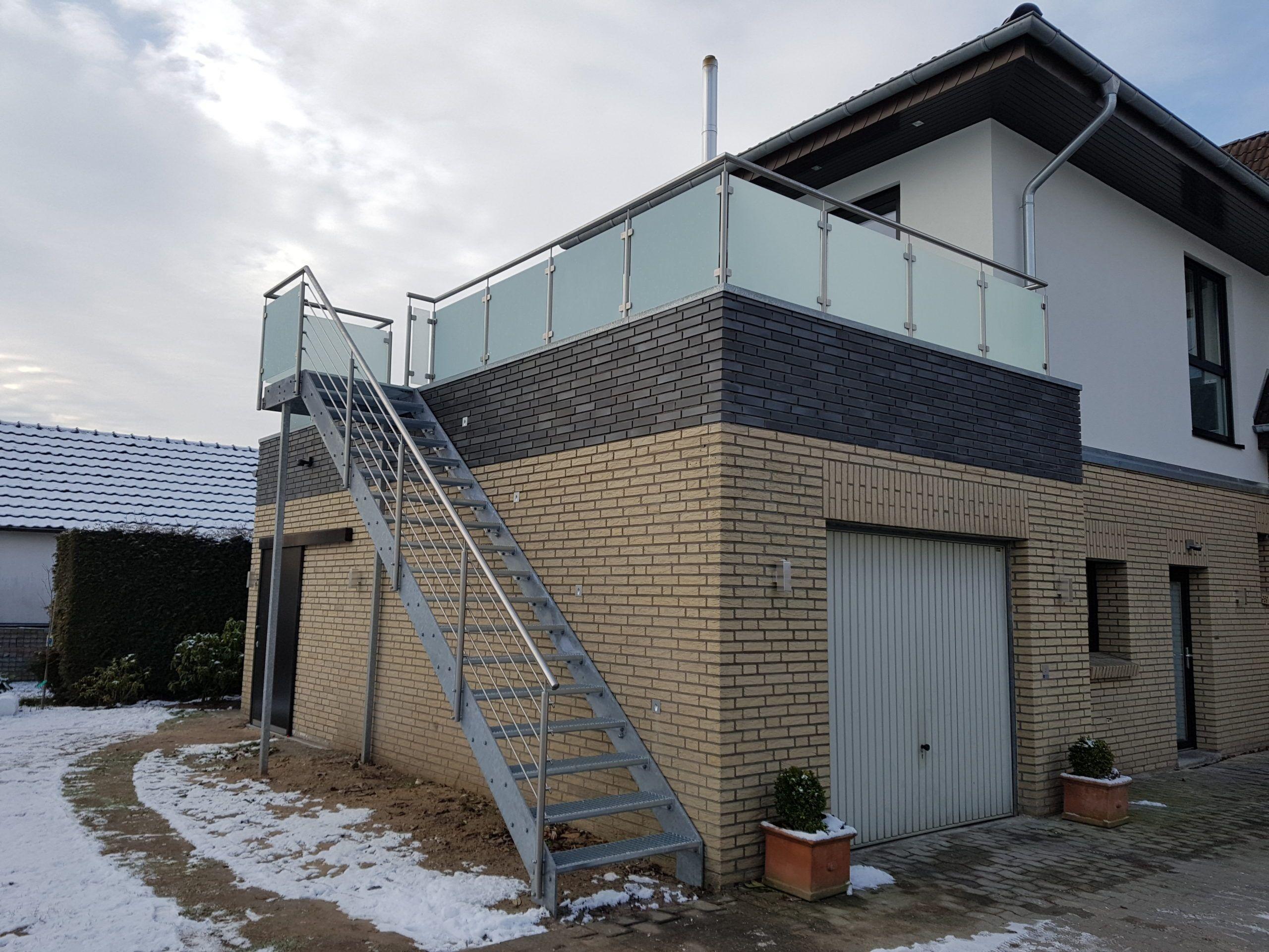 Außentreppe mit Flachstahlwangen in verzinkt, mit Treppengeländer in Edelstahl mit mitlaufenden Stäben