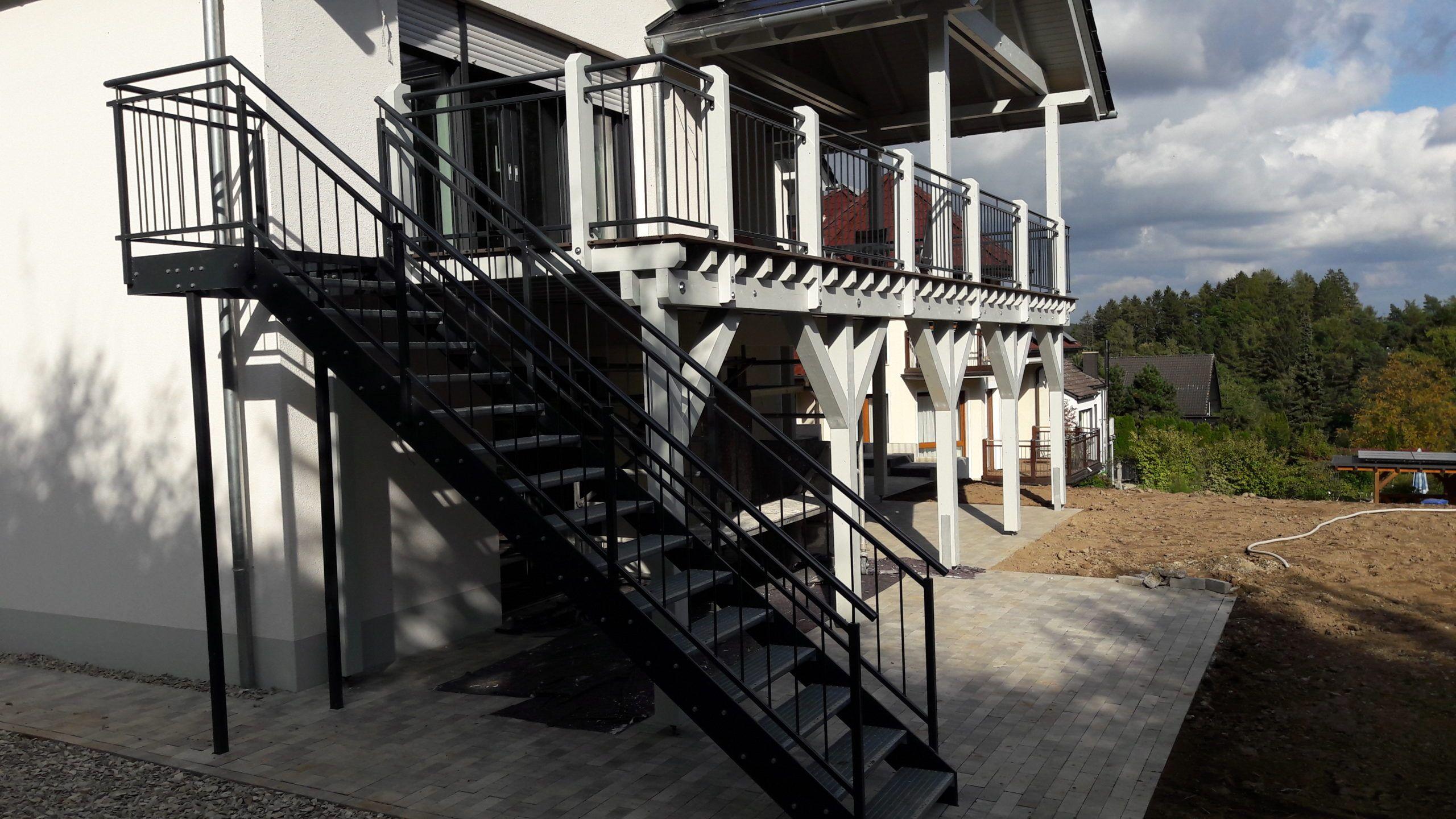 Außentreppe mit Flachstahlwangen und Treppengeländer mit aufrechten Stäben in anthrazit