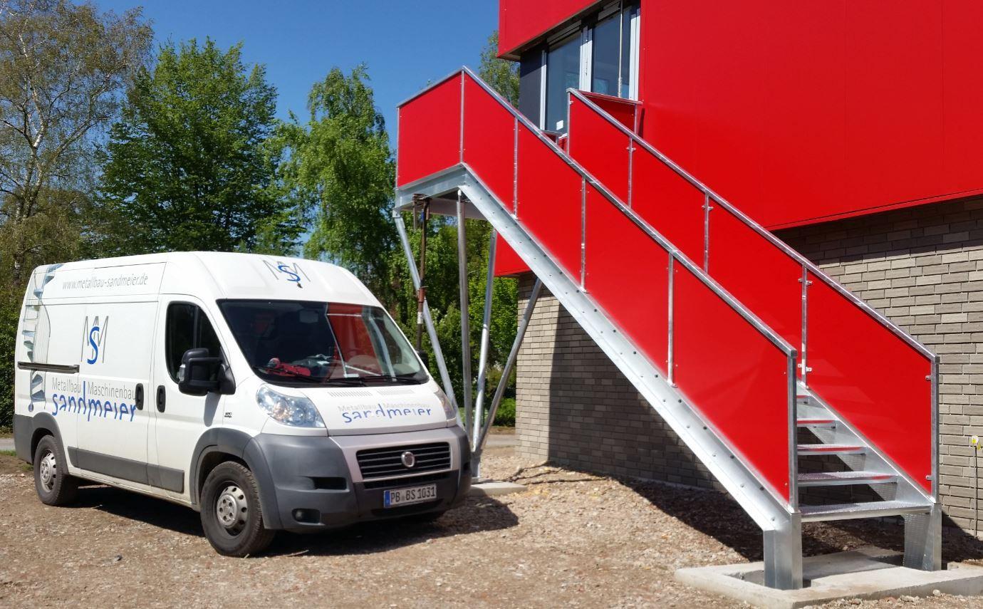 Außentreppe mit U-Stahlwangen, Treppengeländer mit HPL-Platten in rot