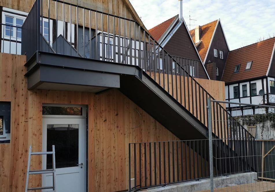 Außentreppe mit U-Stahlwangen und Treppengeländer mit aufrechten Flachstäben in anthrazit