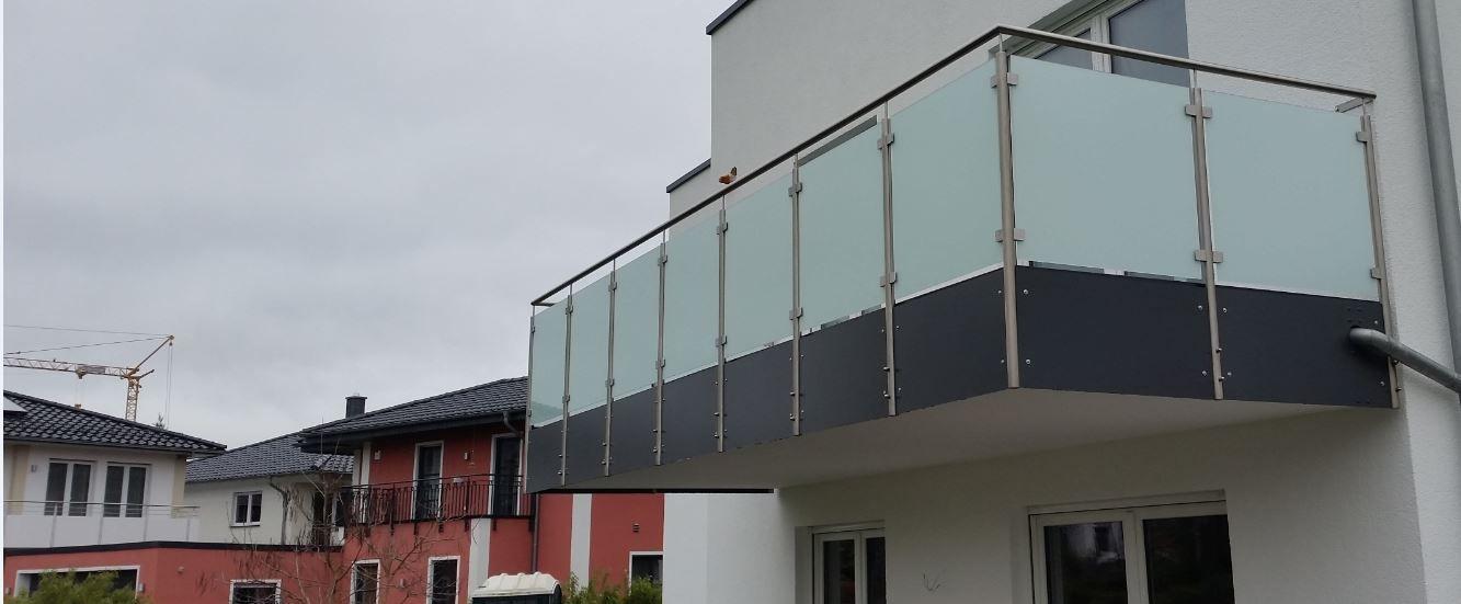 Balkongeländer Edelstahl - Glas mit matter Folie und anthrazitfarbender Blende