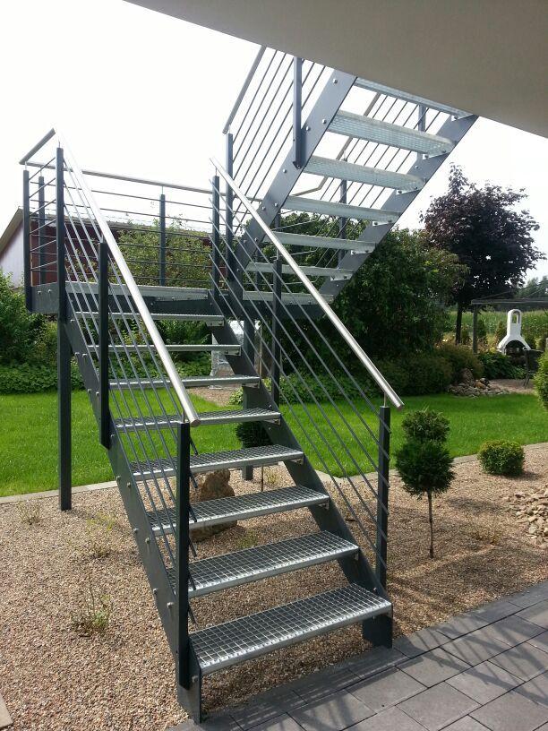Podesttreppe mit Flachstahlwangen, Treppengeländer mit mitlaufenden Stäben in anthrazit und Handlauf in Edelstahl