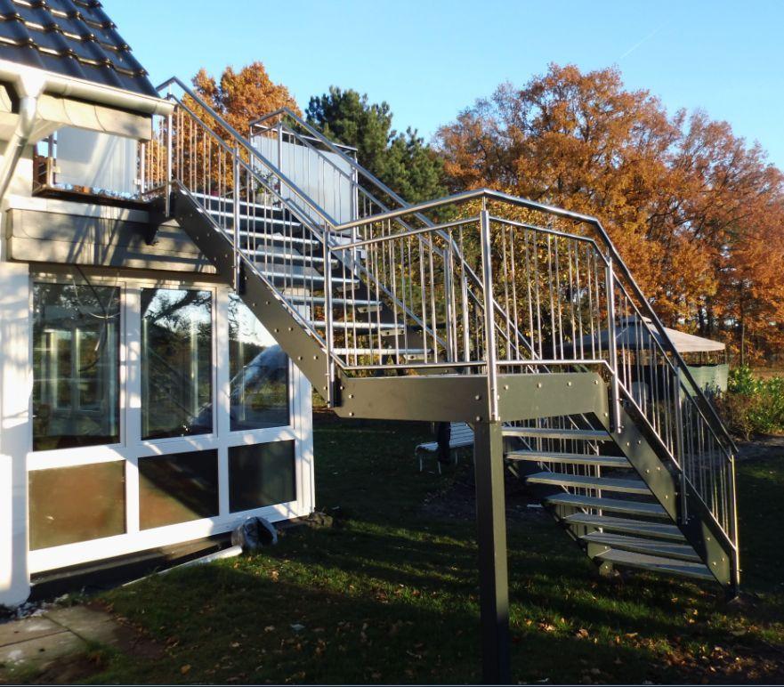 Podestttreppe mit Flachstahlwangen in anthrazit, Treppengeländer in Edelstahl mit aufrechten Stäben