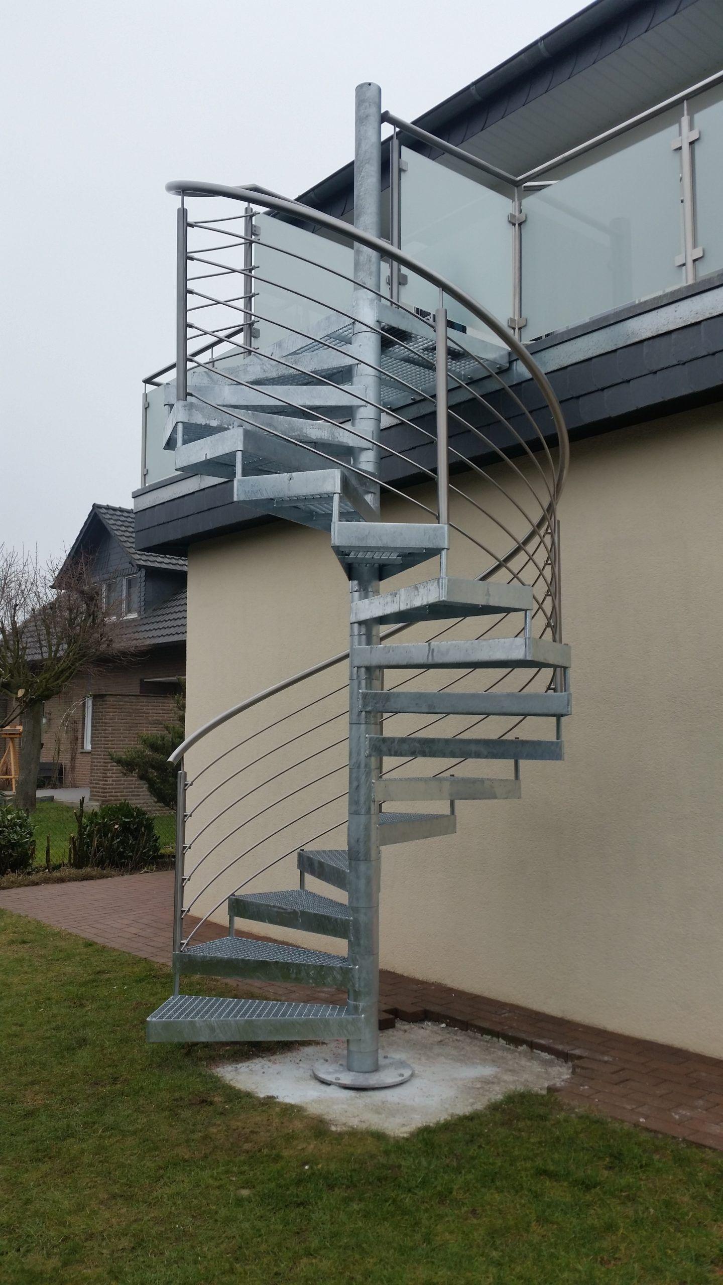 Spindeltreppe in verzinkt, Treppengeländer in Edelstahl mit mitlaufenden Stäben