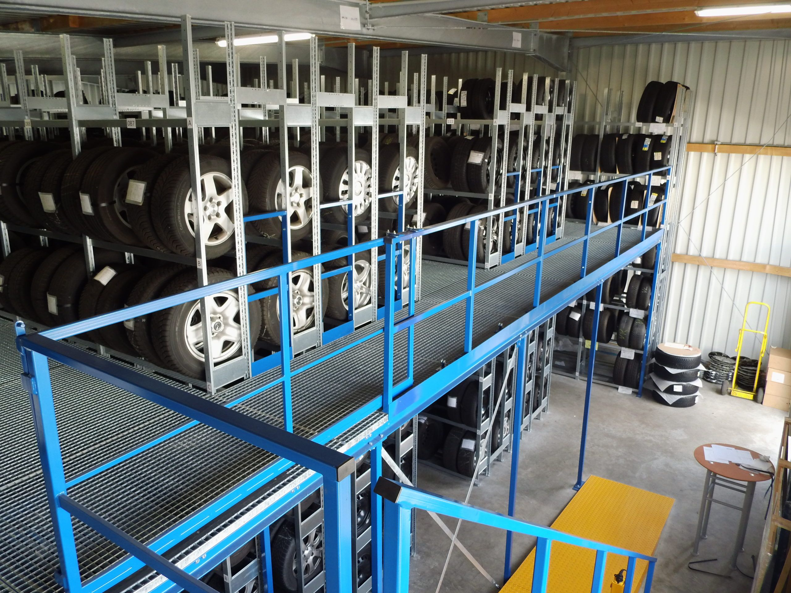 Stahlhalle mit Reifenregalsystem