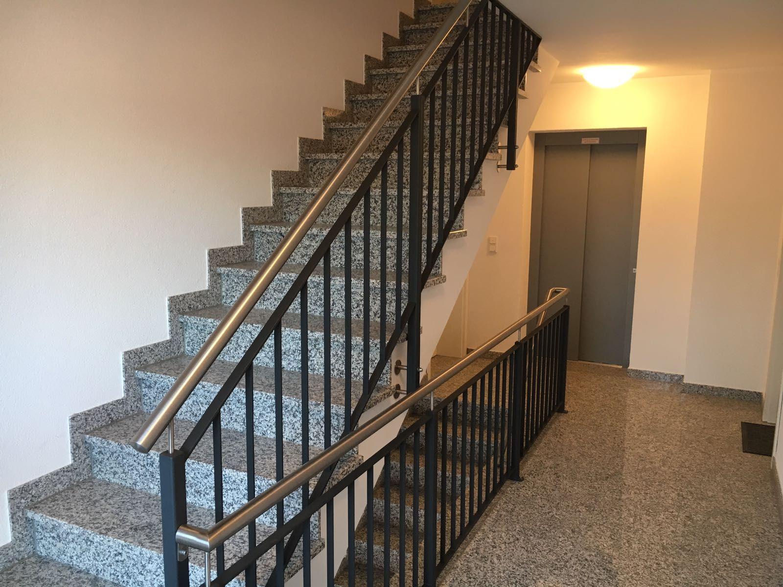 Treppen-& Brüstungesgeländer mit aufrechten Flachstäben in anthrazit und Edelstahlhandlauf
