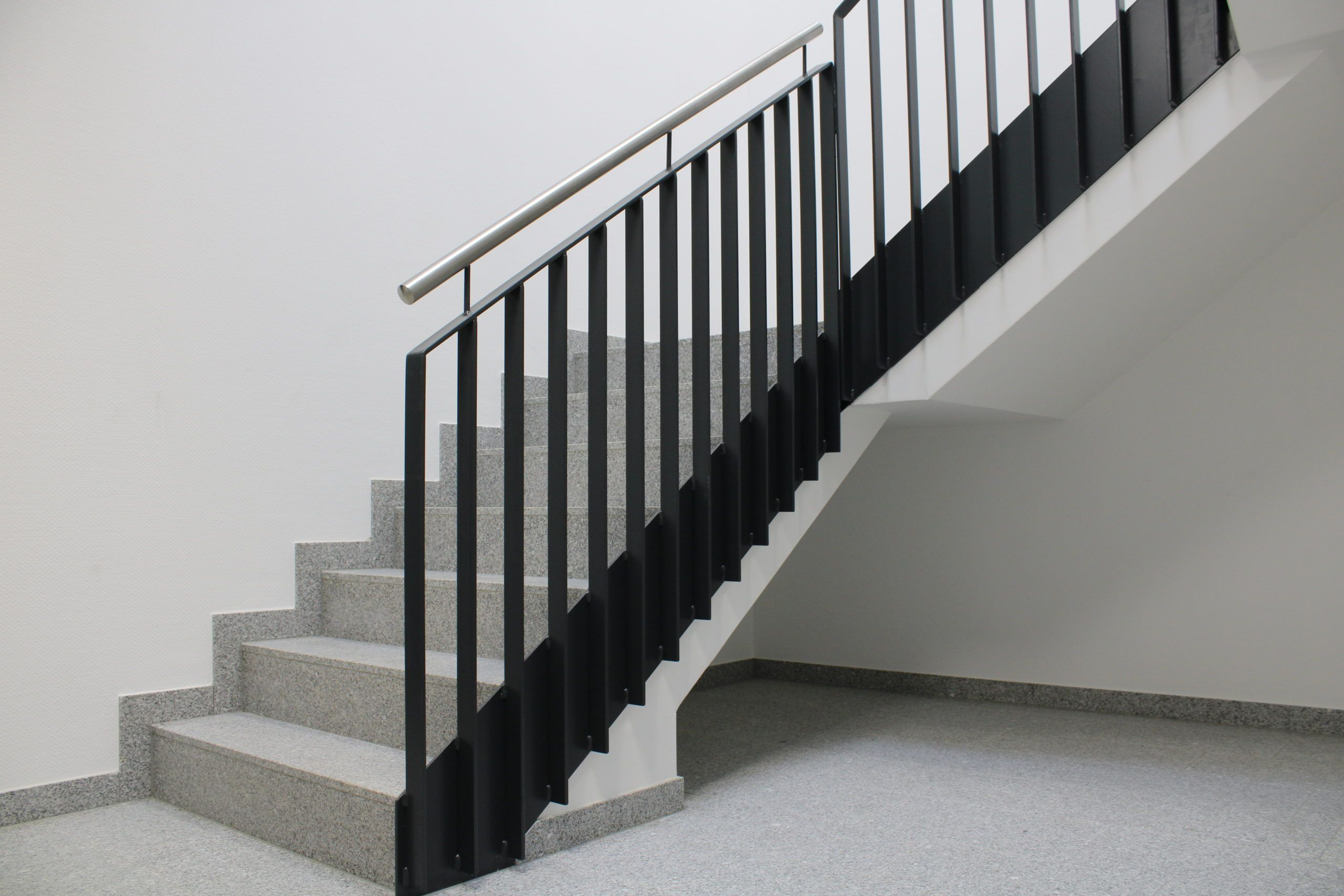 Treppengeländer mit aufrechten Flachstäben und Stahlwange in anthrazit mit Edelstahlhandlauf