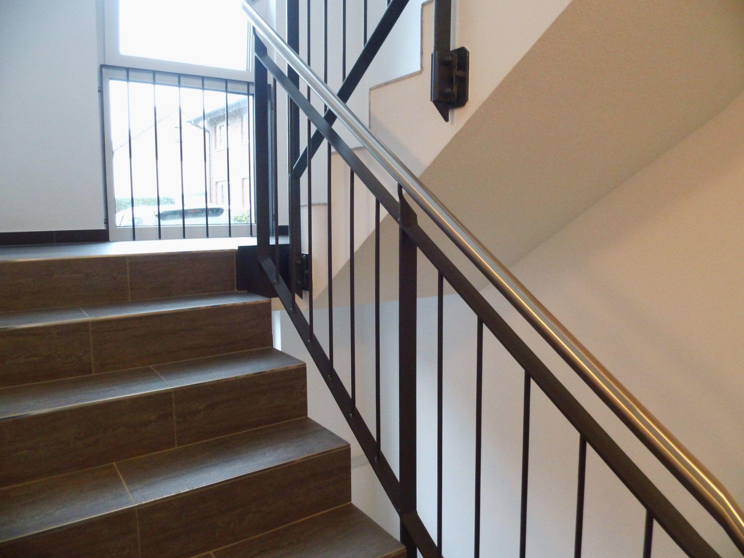 Treppengeländer mit aufrechten Rundstäben in anthrazit und Edelstahlhandlauf