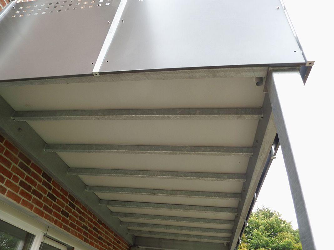 Unteransicht eines verzinkten Vorstehbalkons mit Balkonplan Bodenbelag-klein
