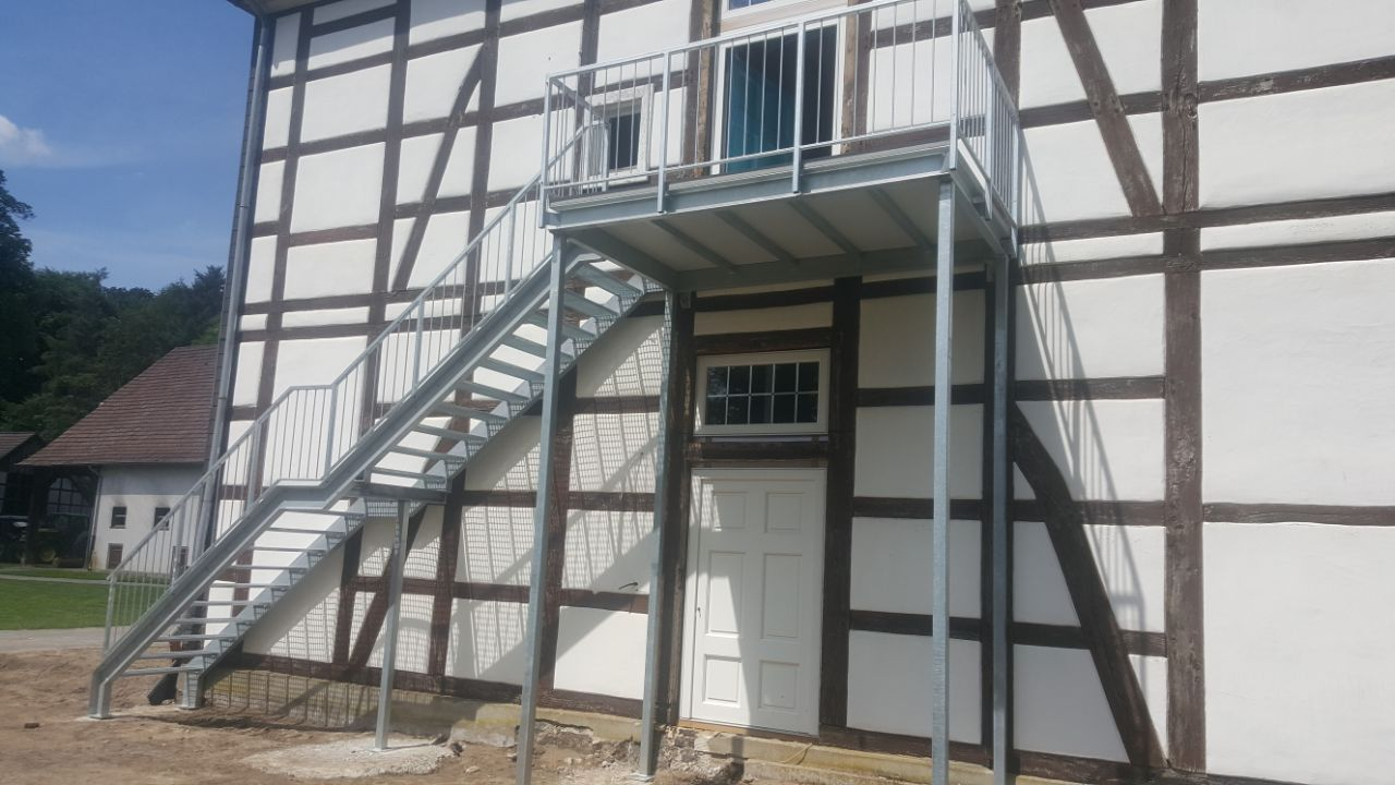 Vorstehbalkon mit Außentreppe in verzinkt