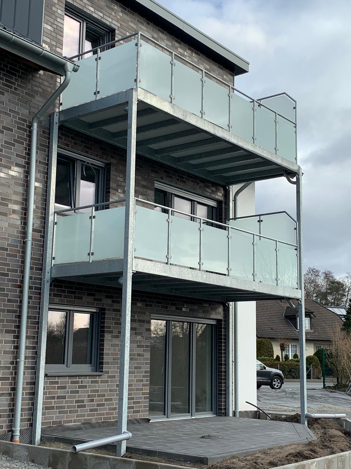 Vorstehbalkon und Geländer verzinkt - Glas mit matter Folie und Punkthaltern