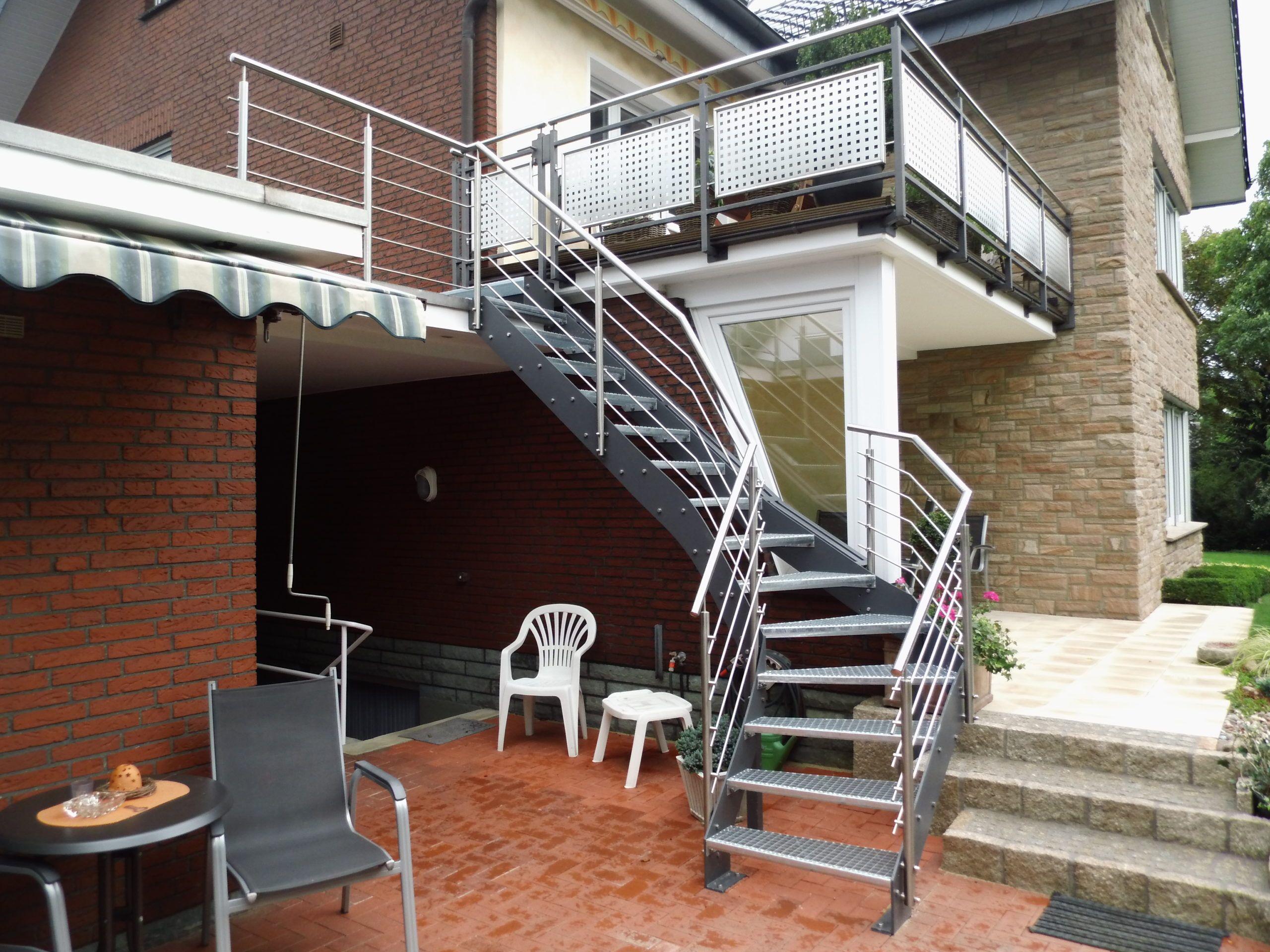 gezogene Außentreppe mit Flachstahlwangen in anthrazit, Treppengeländer in Edelstahl mit mitlaufenden Stäben